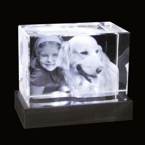 2D-3D-Glablock_100x70x60_Kind+Hund_mit-LED-Sockel_bl