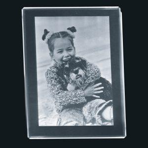680700_2D-Glasbild_80x60x8_hoch_Kind+Hund_black