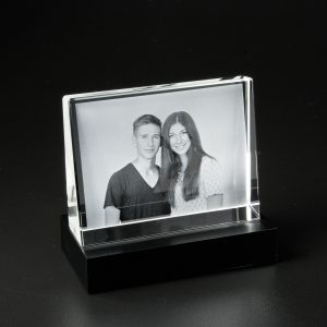 680709_Glasframe-JulianCarla_mit_Sockel_Mood